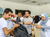 سمو ولي العهد يشارك متطوعين في مبادرة بنك الملابس الخيري