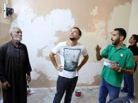 الأمير الحسين يقوم بزيارة مفاجئة لشباب مبادرة حقق أثناء تنفيذهم عملا تطوعيا في العقبة ويشاركهم جانبا منه