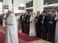 الملك وولي العهد يشاركان جموع المصلين أداء صلاة عيد الفطر بمسجد الشريف الحسين بن علي في العقبة