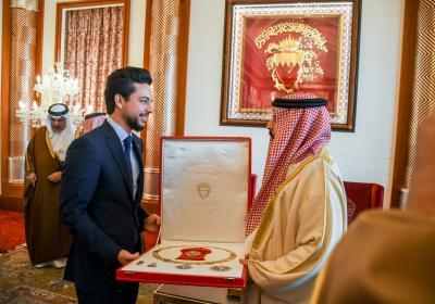 ولي العهد يلتقي ملك مملكة البحرين ويتسلم وسام النهضة للملك حمد من الدرجة الممتازة (القلادة)