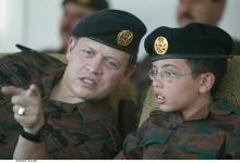 سمو الأمير الحسين بن عبدالله الثاني ولي العهد، برفقة جلالة الملك عبدالله الثاني القائد الأعلى للقوات المسلحة، أثناء متابعة تمرين عسكري