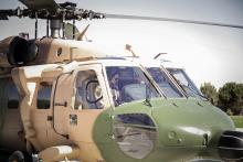 سمو الأمير الحسين بن عبدالله الثاني، ولي العهد، يستعد للإقلاع بطائرة عامودية عسكرية