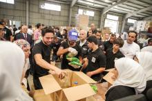 سمو الأمير الحسين بن عبدالله الثاني، ولي العهد، يشارك في مبادرة تطوعية لتجهيز مساعدات أرسلتها الهيئة الخيرية الأردنية الهاشمية إلى قطاع غزة