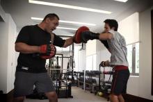 سمو الأمير الحسين بن عبدالله الثاني، ولي العهد، خلال تدريبات رياضة الملاكمة