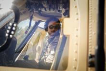 سمو الأمير الحسين بن عبدالله الثاني، ولي العهد، يستعد للتحليق بطائرة عمودية عسكرية