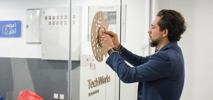 """ولي العهد يفتتح مختبر تصنيع باسم""""مصنع الأفكار"""" لتعزيز منظومة الابتكار"""