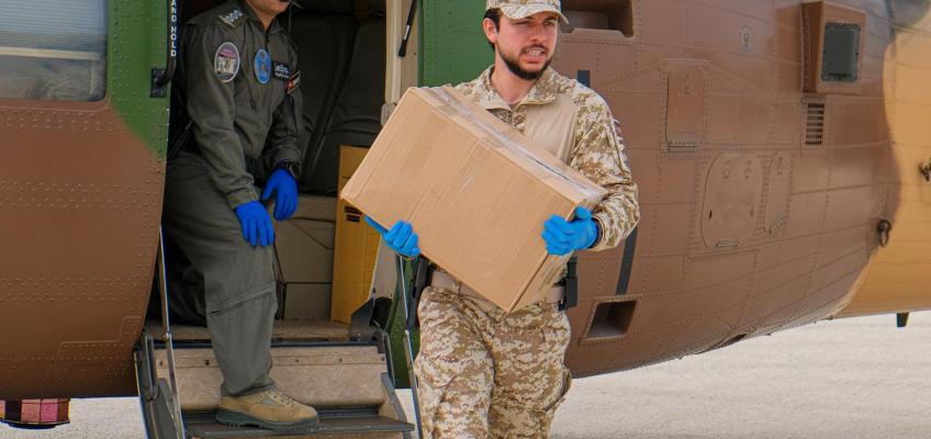 ولي العهد يشارك القوات المسلحة في توزيع مساعدات عينية في إربد