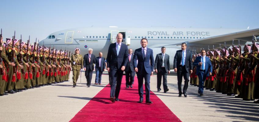 الأمير الحسين يستقبل الأمير ويليام لدى وصوله إلى مطار ماركا العسكري