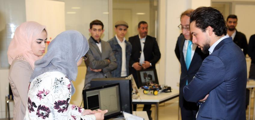 ولي العهد يزور جامعة الحسين التقنية ويطلع على برامجها