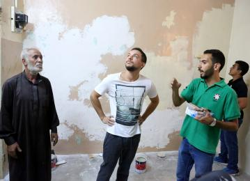 Crown Prince pays surprise visit to Haqiq initiative youth, joins them in voluntary work in Aqaba