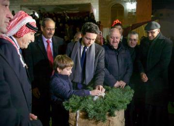 شارك سمو الأمير الحسين بن عبدالله الثاني بإضاءة شجرة عيد الميلاد