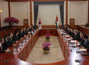 الملك يلتقي عددا من الطلاب الأردنيين الدارسين في المعاهد والجامعات الكورية