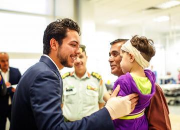 نائب جلالة الملك يطمئن على أطفال أجريت لهم عمليات زراعة القوقعة في مدينة الحسين الطبية